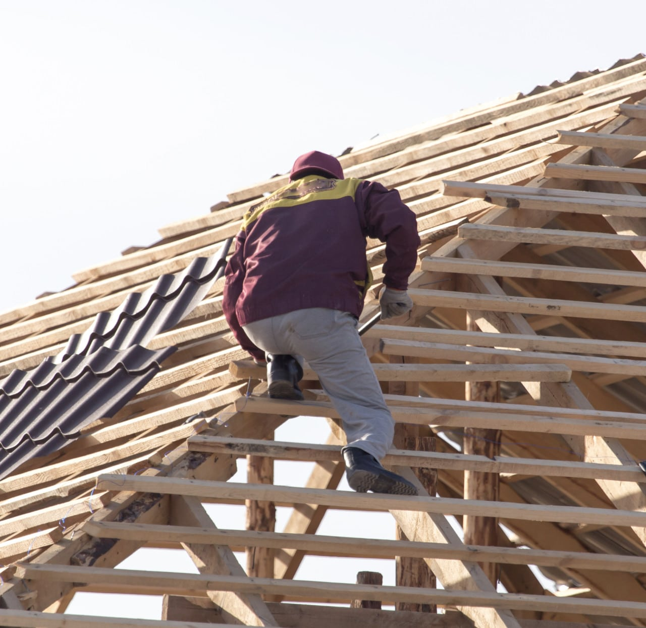 Middletown Ohio Roofer with hammer